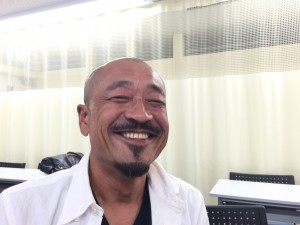笑うととても優しい顔になる雨漏りドクター 徳島担当・尾崎のサービスショットです
